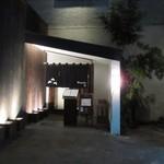 串焼 博多 松介 - 春吉の路地にある「串×ワイン」のスタイルを博多に根付かせた居酒屋さんです。
