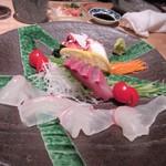串焼 博多 松介 - 福岡の居酒屋での宴会には欠かせない新鮮な刺身は市場直送刺身の3種盛りです。