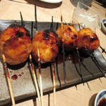 64498308 - 串焼き2品目は博多とろ玉、豚バラスライスで玉子を巻いてタレ焼きにした一品、中の黄身は半熟でトロトロです。