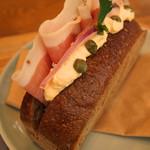 café 1886 at Bosch - 燻製生ハムのブラックサンド