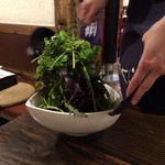 海鮮・鎌倉野菜 まつだ家 - 仕上げにお姉さんが熱々のごま油をかけてくれます