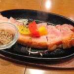 日本酒バル YODARE - 熱々鉄板 厚切りベーコンステーキ