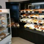 ベイク オカジマ - こじんまり店内にはいろんなパンが並んでます。