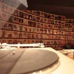 バー・レトロ - テーブルのレコードを選んでマスターに!※壁のレコードははずさないで・・・