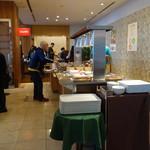 カフェ・ド・パリ - 店内は明るい