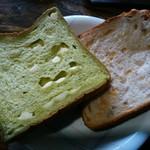 ベイク オカジマ - 「ほうれん草&チーズパン」と「メープルシロップ&くるみ」