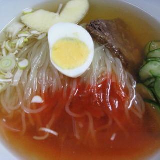 名物・自家製冷麺は、黄金色のスープとモチモチの手打ち麺が魅力