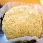 64522707 - 黄粉のおはぎ、中に餡子が詰まっています。