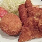 飲食笑商何屋ねこ膳 - ねこ膳ミックス定食630円はコロッケ、チキンカツが各1とウインナフライが2個