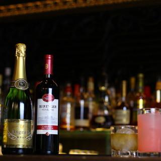 40種類を超える世界中の豊富なウイスキーに酔い痴れる