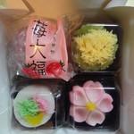 吉祥寺虎屋 - 上段:苺大福、菜の花、下段:野あそび(白あん)、初桜(こしあん)