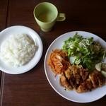 伊都カフェ - 肉料理ランチ(チキンかつ) :サラダとスープ、ライス付き