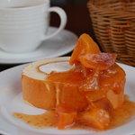 スリア コーヒー - 料理写真:ちいさな山鳥さんの手作り無添加ジャムをソースにしたロールケーキ(時季によりジャムがかわります)