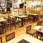 わらい食堂 - 開放感のあるテーブル席