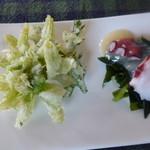 Satoyamakafetasaburousansou - 蕗の薹とよもぎの天ぷらと蛸とわかめの黄身酢かけ