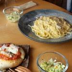 小さな宿&レストラン しいの木やま - 単品でオーダーしたパスタとサラダと自家製パン
