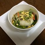 Amelie - 惣菜量り売り「豆もやしと季節野菜のナムル」。 100g、485円。