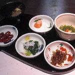 6456165 - 前菜の小鉢・豆皿六点盛。