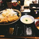 64564061 - 麦とろ、香の物、おかわり自由のご飯と味噌汁付きです。右上が鉄板。