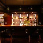 Restaurant&Bar TERU - ディナーはダウンライトが心癒す落ち着いた空間に…。デートや記念日、誕生日会などちょっと大人の時間を楽しめます。