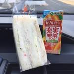 札幌 大吾ぱん屋 - ツナポテトサンドイッチ300円、野菜ジュース100円です。