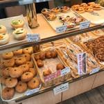ハラダのパン - 料理写真:パンの棚1