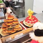 SNOOPY 茶屋 - ここはテイクアウトのコーナー。 美味しそうな和菓子がいろいろ売られてるよ~ 三笠は抹茶、小豆、ピーナッツの3種類もあるね。  ちびつぬ「ピーナッツってめずらしいわね~」