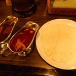 横浜ボンベイ - 欲張り2種カレー(ボンベイカレー・手前、カシミールカレー・奥)