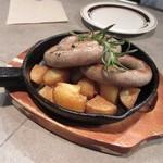 グロリアスチェーンカフェ - 最初の料理は鹿児島産茶美豚の自家製ソーセージ860円。  食感はソーセージというよりハンバーグを食べてるような食感でしたよ。