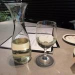 グロリアスチェーンカフェ - ビールを2-3杯飲んだ後は2人で白ワインのデキャンターといただいてワインを堪能です。