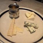 グロリアスチェーンカフェ - ワインのつまみはやっぱりチーズの盛り合わせ930円でしょう・・・  この日はここで早めに切り上げ明日のフライトに備えさせていただきました。