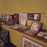 カラマリ - 愉快な本棚、チラシやCDはここへ。