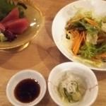 MORI-MESHI 小田原 - お刺身とサラダ。