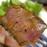 小松屋 - なお、ステーキに添えられていたステーキタレをかけて食べることで濃厚なタレのウマさが加わってさらに美味しさレベルUP!