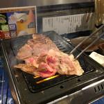 立食焼肉 一穂 - 広げてささっと焼いていきます