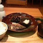 大戸屋 - いなだ塩焼き定食(693円)と、日本酒(367円)