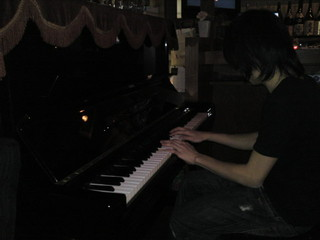 KARON - 火曜日は演奏あり♪生ピアノをバックにあなたも唄ってみませんか?定期的にLiveイベントも行ってます!