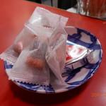 64601240 - アテはおかきと三角チーズ(無料)