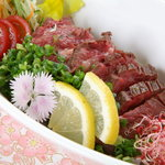馬桜 - 馬肉のタタキポン酢がけ。馬肉は他のお肉に比べて高タンパクで低カロリーなのであっさりといただくことができます。