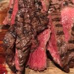 馬肉バル 跳ね馬 - ハラミとロースのグリルは、肉食ってる感満載。       ハラミは柔らかく食べやすく、ロースは噛み応え良く、その後のワインが最高。