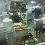 お菓子の壽城 - 製造ラインもガラス越しに見られます。