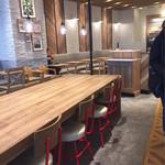 ミスタードーナツ - 店内は広くオープンな雰囲気でカウンターとテーブル、大きなテーブルがあり1人でも入りやすい。9時前に入った時はガラガラだったけど半近くになるとお客さんも混んできた。Wi-Fiも使えてゆっくりできる感じ♪