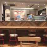 ミスタードーナツ - 広くオープンな雰囲気で、カウンターとテーブル、大テーブルがあり、1人でも入りやすい。9時前に入った時はガラガラだったけど、半近くになるとお客さんも混んできた。まぁでもWi-Fiも使えてゆっくりできる♪