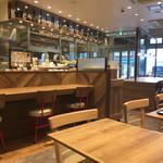 ミスタードーナツ - 店内は広くオープンな雰囲気で、カウンターとテーブル、大きなテーブルがあり、1人でも入りやすい。9時前にはガラガラ、半近くになるとお客さんも混んできた。まぁでもWi-Fiも使えてゆっくりできる感じ♪