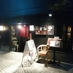 文楽 - 石畳の神楽坂らしい場所にお店はあります