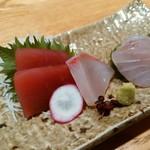 手打ち蕎麦 鴨料理 文楽 - お造り3種盛りマグロ、鯛、ハマチ