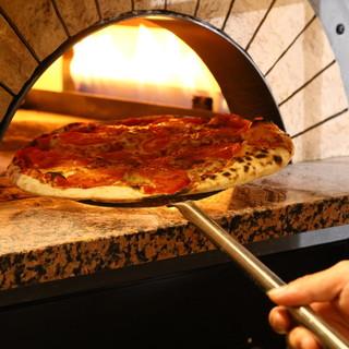 自慢の釜で焼き立てピザ提供中☆