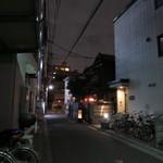 鍵屋 - 店前の路地