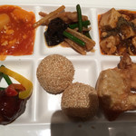 上海柿安 - 料理写真:いかのチリソース、唐揚げ、揚げ餃子、肉団子など