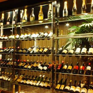 世界各国の100種類以上のワインを楽しめる
